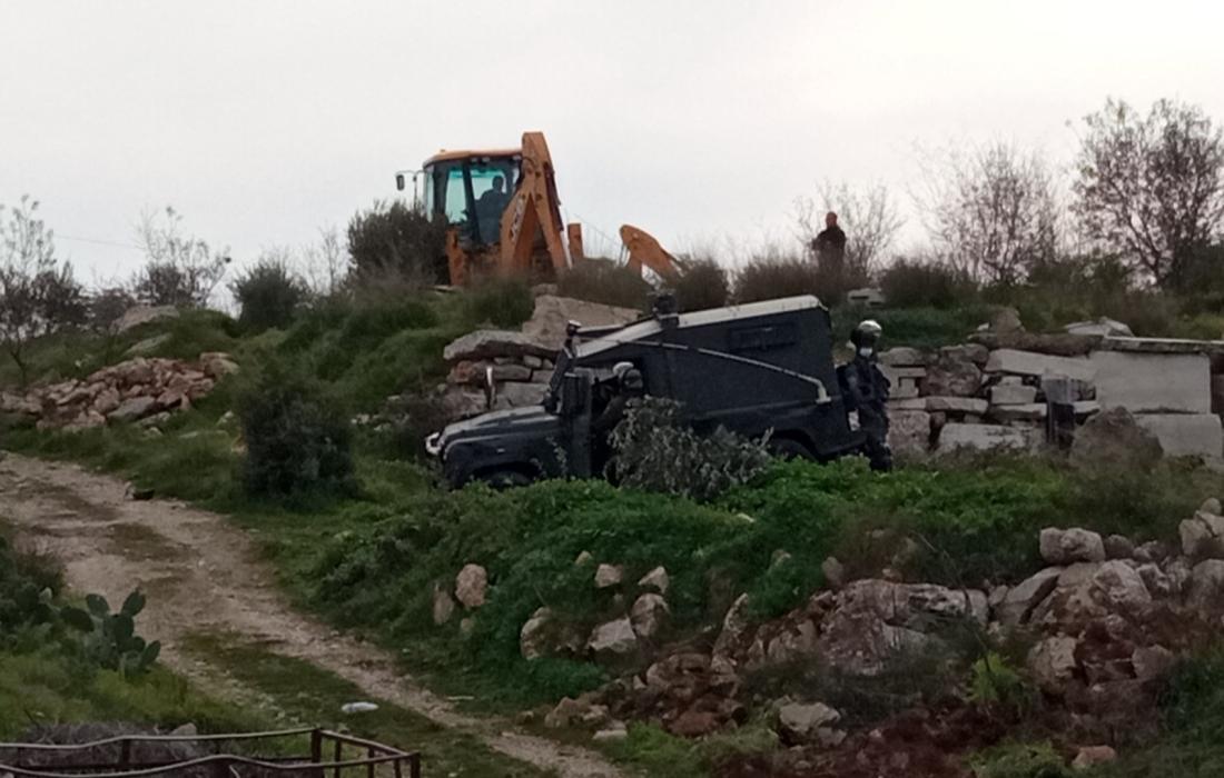"""مستوطنون """"إسرائيليون"""" يواصلون تجريف أراضي المواطنين في رام الله"""