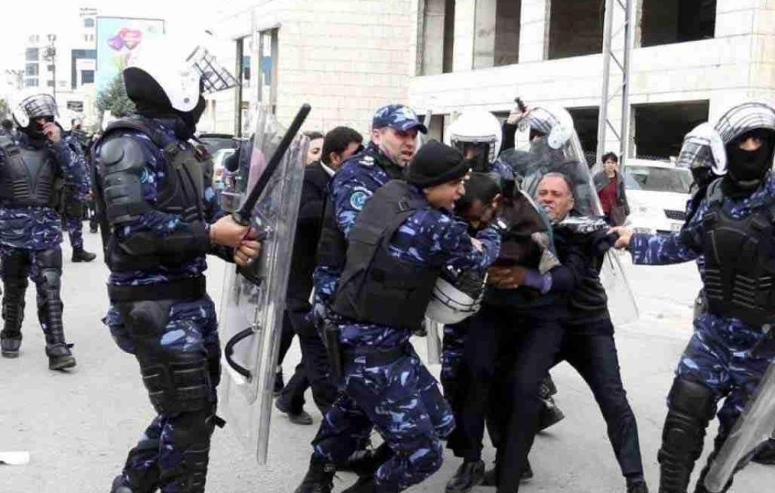 الشرطة الفلسطيني تعتدي على المتظاهرين.jpg