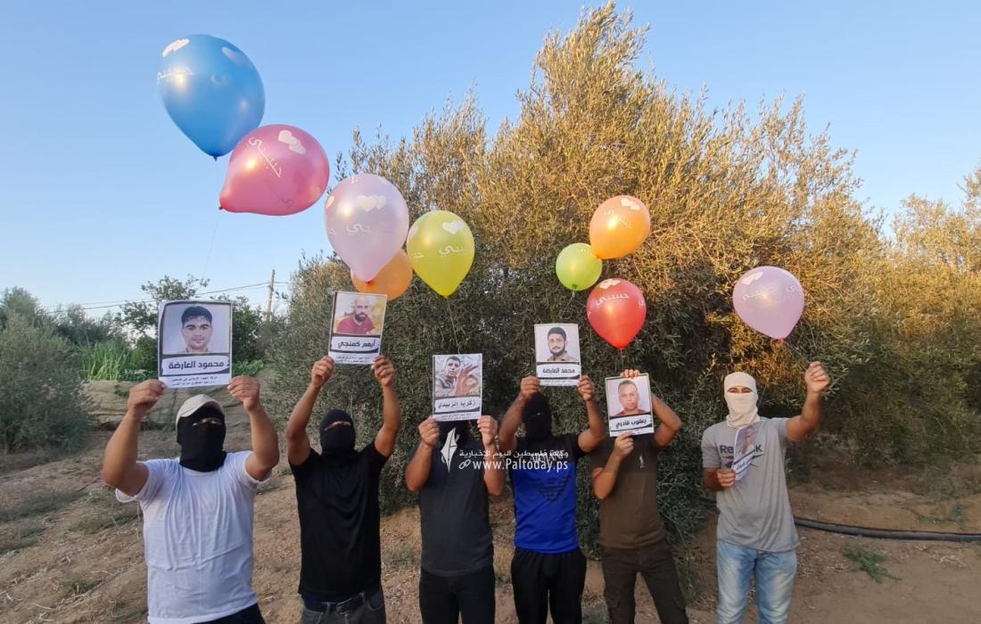 """الشباب الثائر بغزة يطلق بالونات تحمل صور الاسرى أبطال نفق """"جلبوع"""""""
