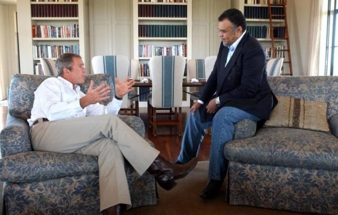 الرئيس الأمريكي الأسبق جورج دبليو بوش وبندر بن سلطان في مزرعة بوش في تكساس- أغسطس 2002
