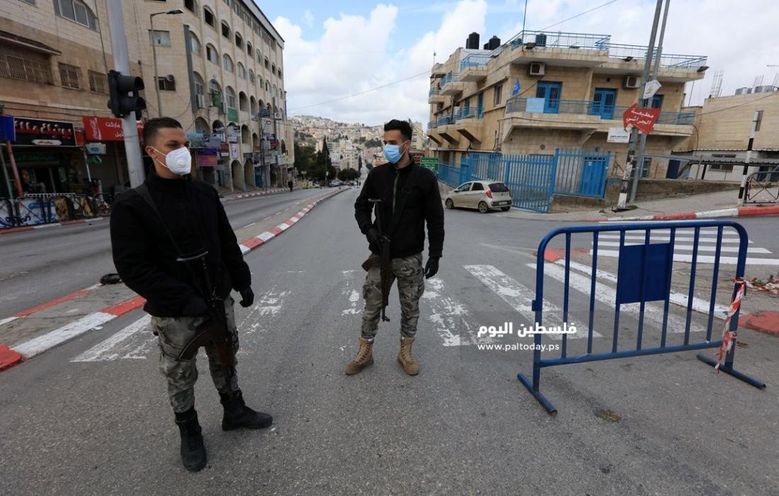 حواجز للامن الفلسطيني تفصل بين القرى والمخيمات وبين المدن في محافظة بيت لحم لمنع انتشار فيروس كورونا. (4)