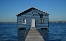 منزل خشبي وسط البحر