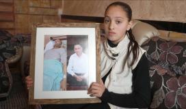 ابنة الأسير تحمل صورة والدها