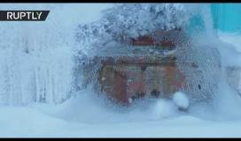 شاهد.. مبنى سكني يتحول إلى كهف جليدي في مدينة روسية ..
