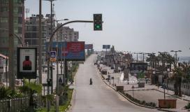 غزيون يتجولون في شوارع غزة بعد قرار منع حركة المركبات (2).jpg