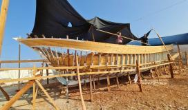 لأول مرة.. غزي يتغلب على الحصار بصناعة أكبر سفينة صيد