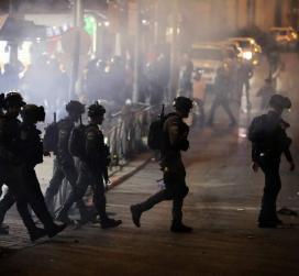 مناشدات لصد الاقتحامات.. مئات المستوطنين يهاجمون منازل المواطنين فجرًا في حي الشيخ جراح