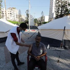 خيام للتطعيم ضد كورونا في منتزه الجندي المجهول بغزة