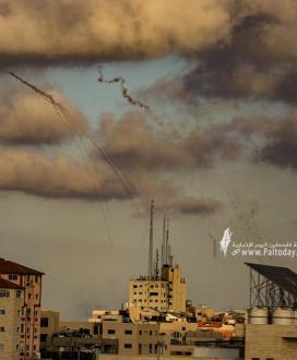 بالصور :جيش الاحتلال يلقي الفسفور على منازل وأراضي المواطنين شرق غزة