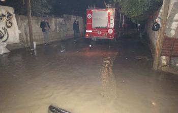 الدفاع المدني يحاول شفط المياه بعد غرق منازل بمياه الامطار في رفح