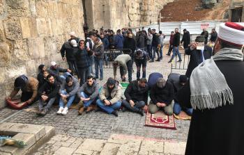 مصلون أمام مقبرة باب الرحمة