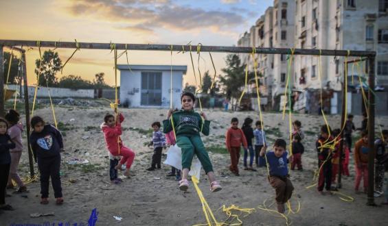 شاهد كيف يصنع أطفال غزة لحظات فرح من لاشىء