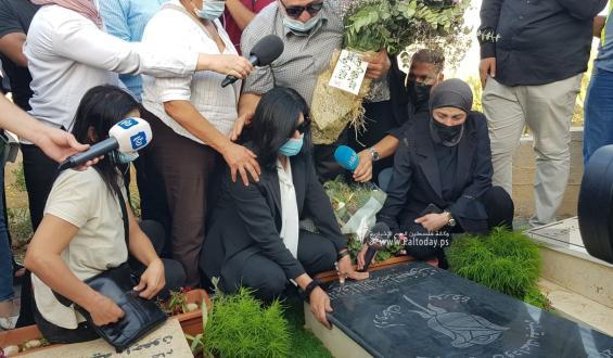 الاسيرة المحررة خالدة جراء في زيارة قبر أبنتها التي توفيت قبل شهرين