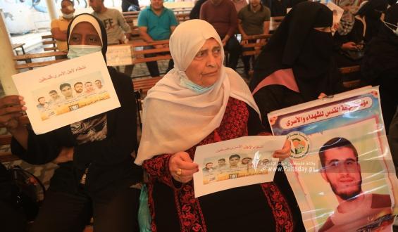 بالصور:اعتصام اهالى الأسرى الأسبوعي أمام مقر الصليب الأحمر بغزة
