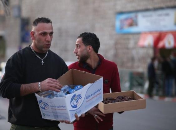 خليل كوع.. فلسطيني مسيحي يوزع التمر والماء على الصائمين في رمضان